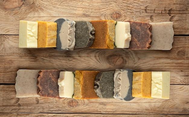 木製のテーブルにさまざまな天然自家製石鹸のセット。