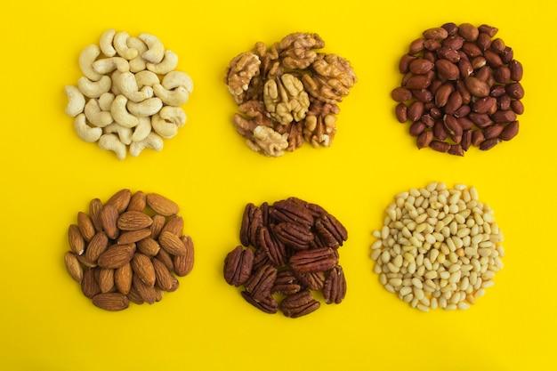 黄色の異なるナッツのセット