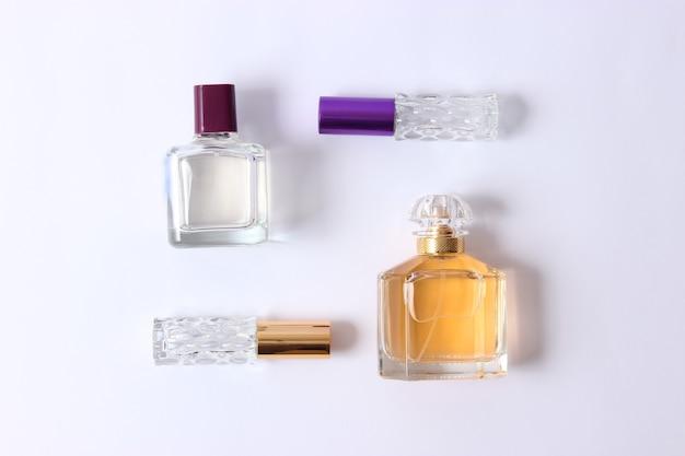 明るい背景の上のさまざまな香水のセット