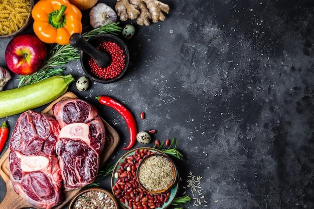 健康的な食事のためのさまざまな製品のセット-灰色の背景、上面図、コピースペースの肉、シリアル、野菜、果物。高品質の写真