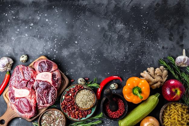 健康的な食事のためのさまざまな製品のセット-肉、シリアル、野菜、果物の上面図、テキスト用の空きスペース。高品質の写真