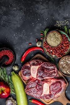 健康的な食事のためのさまざまな製品のセット-肉、シリアル、野菜、果物の上面図、テキスト用の空きスペース、縦の写真。高品質の写真