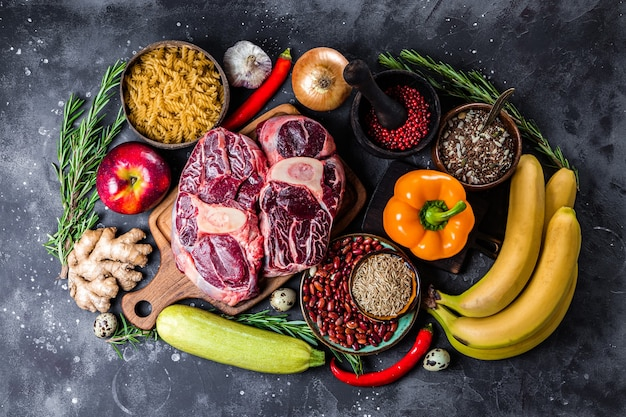 健康的な食事のためのさまざまな製品のセット-肉、シリアル、野菜、果物の上面図。高品質の写真