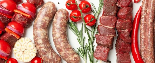 白の異なる生バーベキュー肉のセット