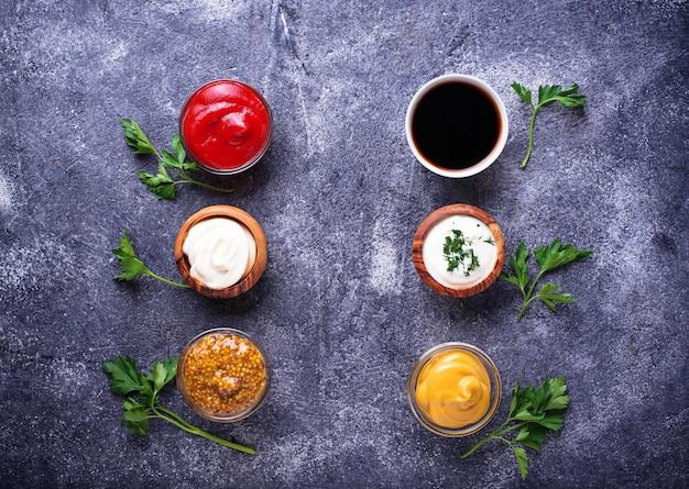 Набор разных соусов и специй