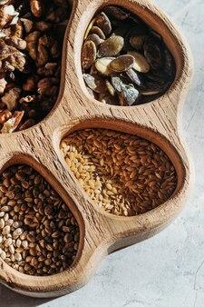 Набор различных семян и орехов, натуральная здоровая пища для приготовления пищи, ингредиенты. семена конопли, семена дыни.