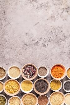 さまざまなスーパーフードのセット-全粒穀物、豆類と豆類、種子とナッツ、上面図。