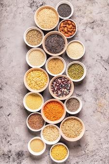 다른 superfoods- 전체 곡물 콩 및 콩과 식물 씨앗 및 견과류 세트
