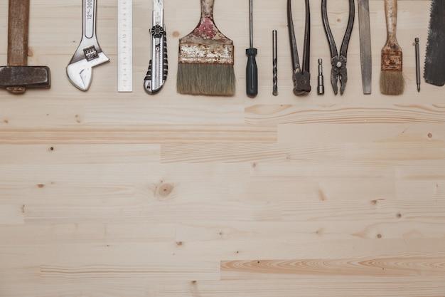 Набор различных инструментов на деревянных фоне
