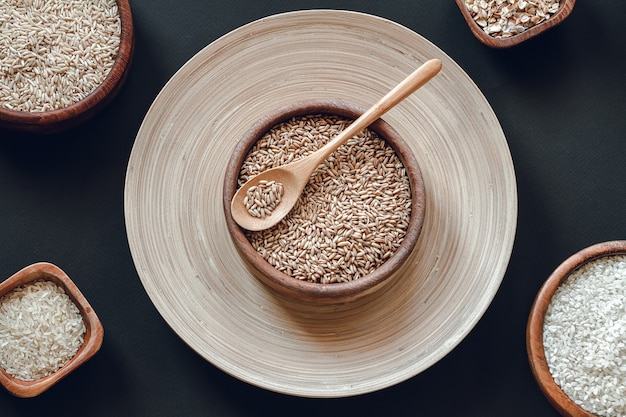 나무 그릇에 다양한 종류의 쌀과 곡물 세트