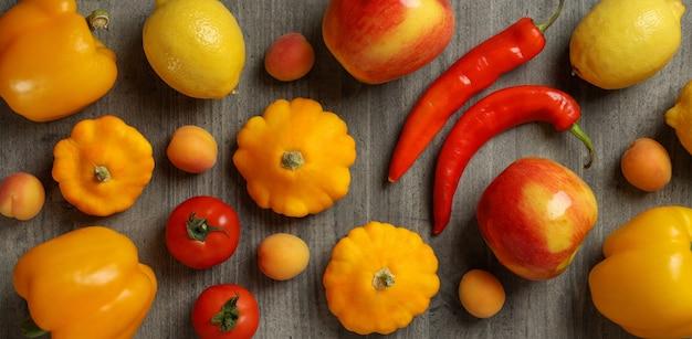 Набор различных овощей и фруктов на сером текстурированном фоне
