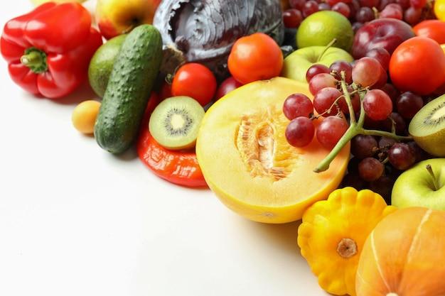 흰색 바탕에 다른 야채와 과일 세트
