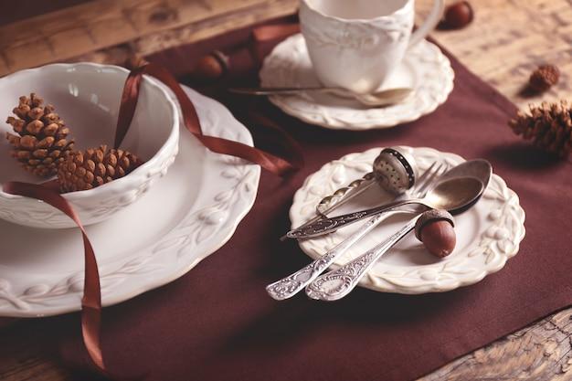木製のテーブルの上の食器のセット