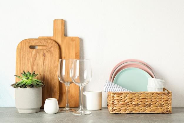 회색 테이블에 즙이 많은 식물, 텍스트를위한 공간으로 식탁 세트