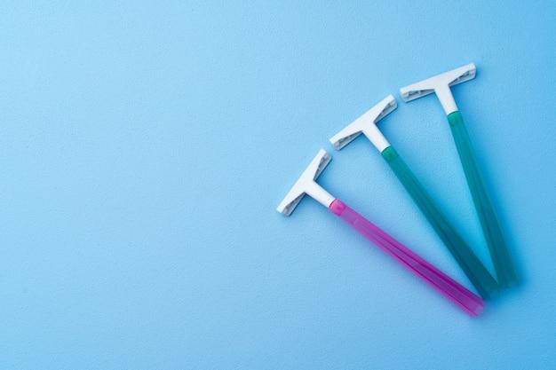 파란색 평면도에 여성용 일회용 면도기 세트