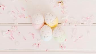 Набор пасхальных яиц между лепестками цветов