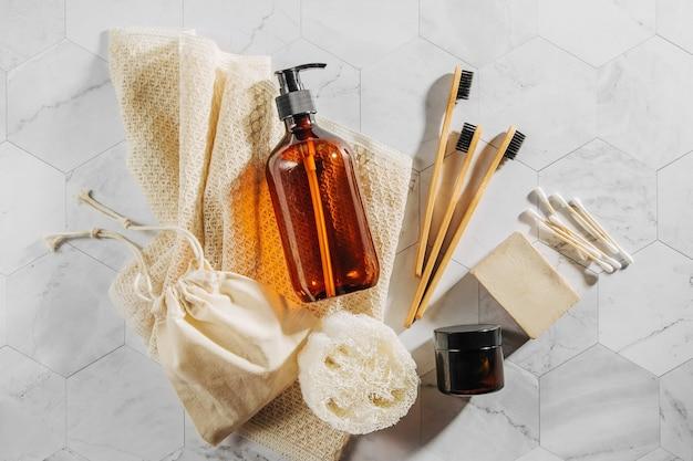 エコ化粧品とツールのセット。石鹸、シャンプーボトル、竹の歯ブラシ。ゼロウェイスト、プラスチックフリー。持続可能なライフスタイルのコンセプト。