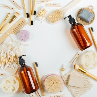에코 화장품 제품 및 도구 세트. 비누, 샴푸 병, 대나무 칫솔