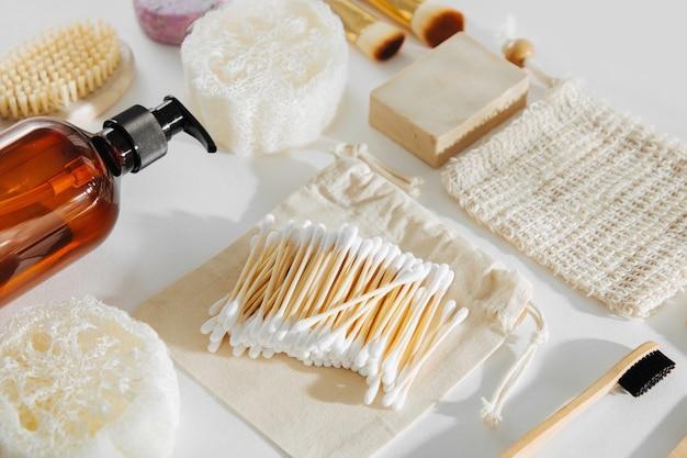 에코 화장품 제품 및 도구 세트. 제로 웨이스트, 플라스틱 프리. 지속 가능한 라이프 스타일