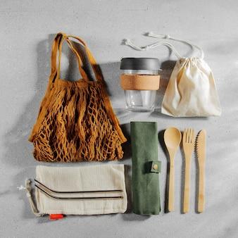 環境にやさしい竹製カトラリー、エコバッグ、再利用可能なコーヒーマグのセット。持続可能なライフスタイル。プラスチックフリーのコンセプト。