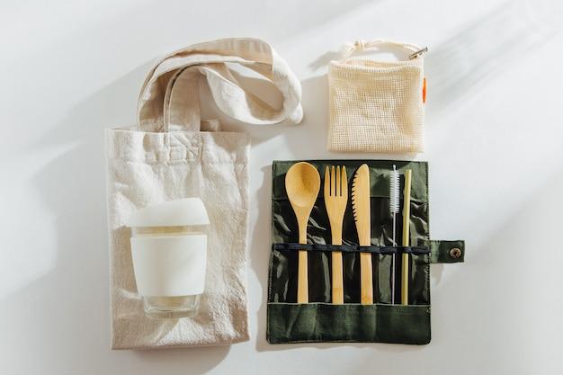 環境にやさしい竹製カトラリー、エコバッグの再利用可能なコーヒーマグ、水筒のセット。
