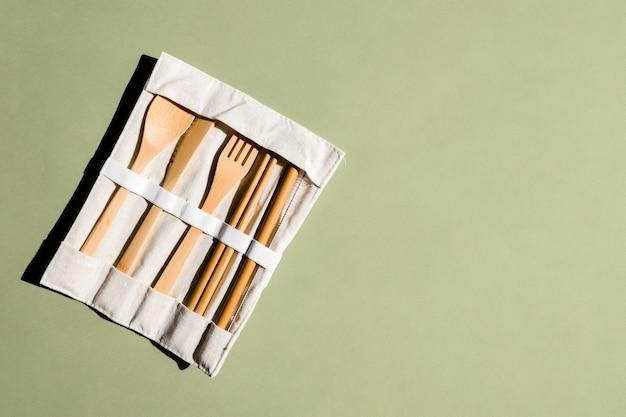 緑の背景に環境にやさしい竹カトラリーのセット持続可能なライフスタイルプラスチックフリーコンセプトze ...