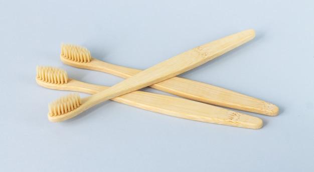 環境にやさしい竹の木製歯ブラシのクローズアップのセット