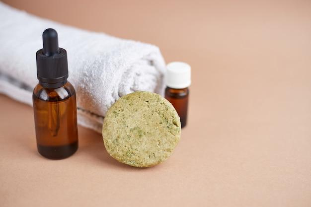 에코 헤어 케어 제품 세트. 단단한 샴푸, 에센셜 오일 및 모발용 오일. 유기농 화장품. 폐기물 제로, 플라스틱 무료.