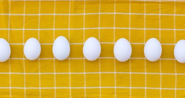 黄色のタオルの上に卵のセット