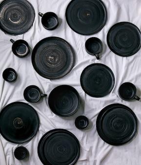 空の黒い手作りセラミックプレートのセット