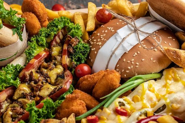 패스트 푸드 식사 핫도그, 햄버거, 감자 튀김 세트. 길거리 음식. 패스트 푸드와 정크 푸드 개념. 평면도.