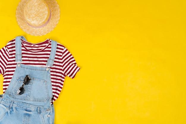 밝은 노란색 배경에 여성 의류 및 액세서리 세트