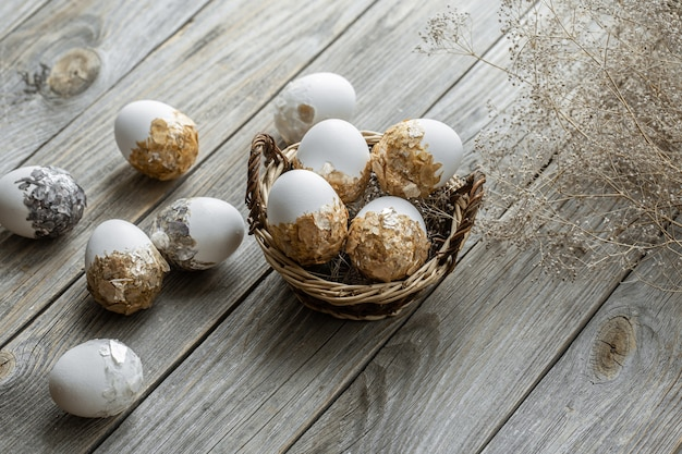 배경 흐리게에 고리 버들 세공 바구니에 축제 부활절 달걀의 집합입니다. 부활절 휴가 개념.