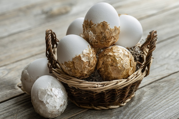 흐리게 테이블에 고리 버들 세공 바구니에 축제 부활절 달걀의 집합입니다. 부활절 휴가 개념.