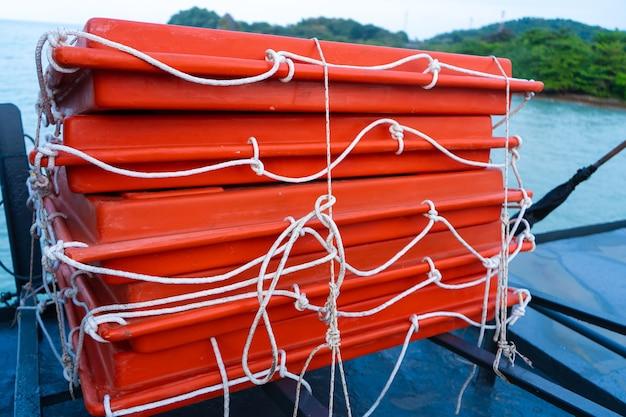 Набор плавучих буев на палубе парома.