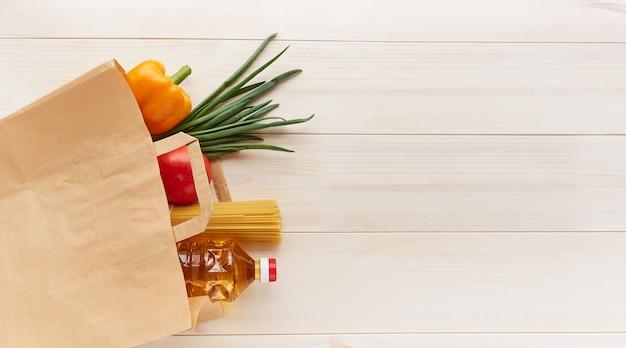 Набор продуктов питания в бумажном пакете для доставки.