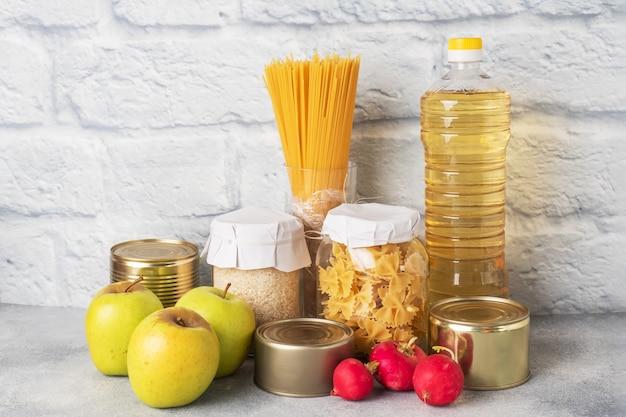 食用植物油、パスタライス、果物と野菜のセット。寄付のための食糧。スペースをコピーします。