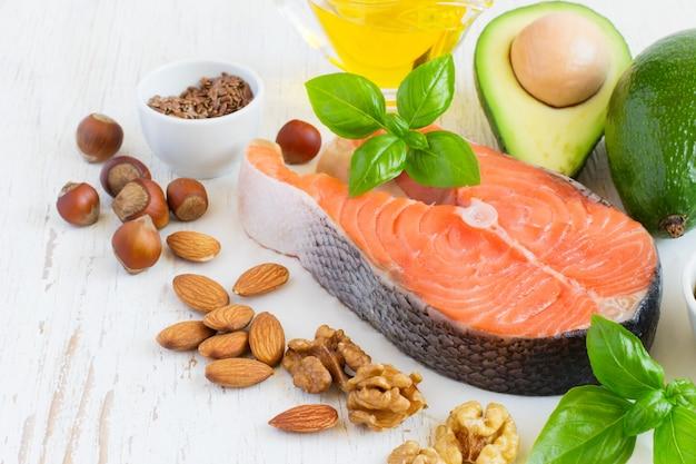 Набор продуктов с высоким содержанием полезных жиров и омега-3.