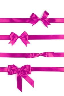 Набор из четырех розовых подарочных атласных бантов, изолированных на белой поверхности