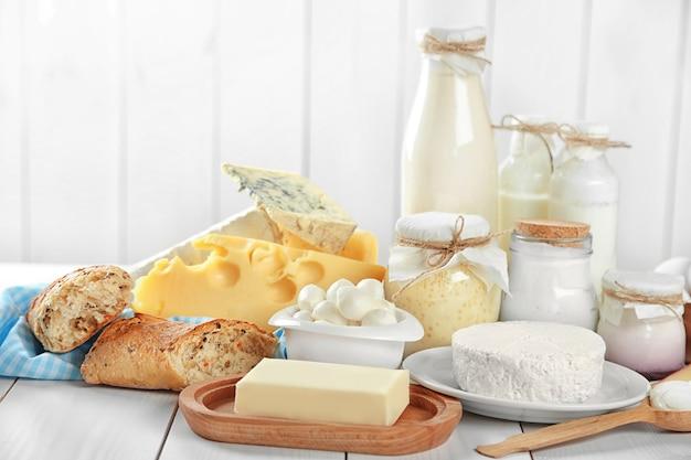 白い木製のテーブルの上の新鮮な乳製品のセット