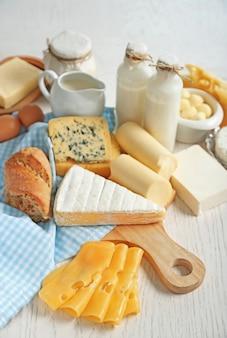 Набор свежих молочных продуктов на белом деревянном столе