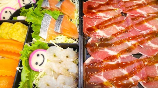 Набор из свежей рыбы, креветок, свинины и смешанных овощей