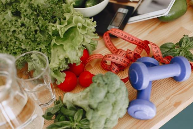新鮮な生野菜のセットです。モダンなキッチンルームのテーブルの上の製品。健康的な食事。自然食品。