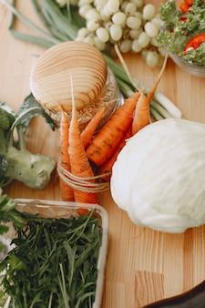신선한 생 야채 세트입니다. 현대 부엌 방에있는 테이블에 제품. 건강한 식생활. 유기농 식품.