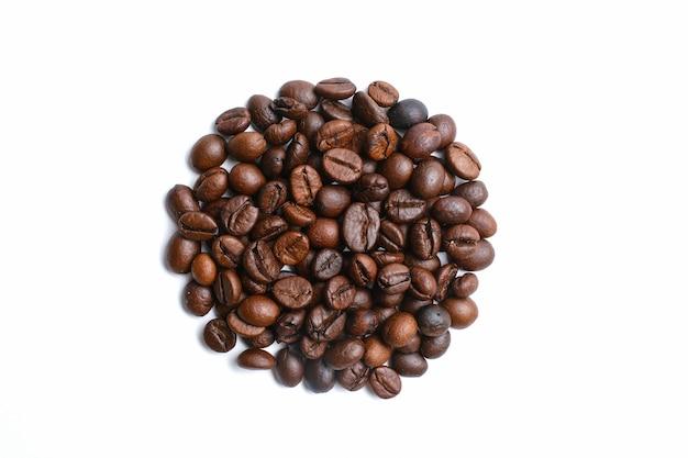 Набор свежих обжаренных кофейных зерен, изолированные на белом фоне