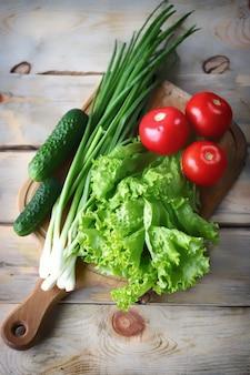 木の板に新鮮な野菜のセット