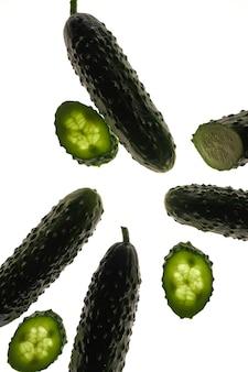 Набор свежих целых и нарезанных огурцов на белом фоне. сад огурец зеленые обои фон дизайн