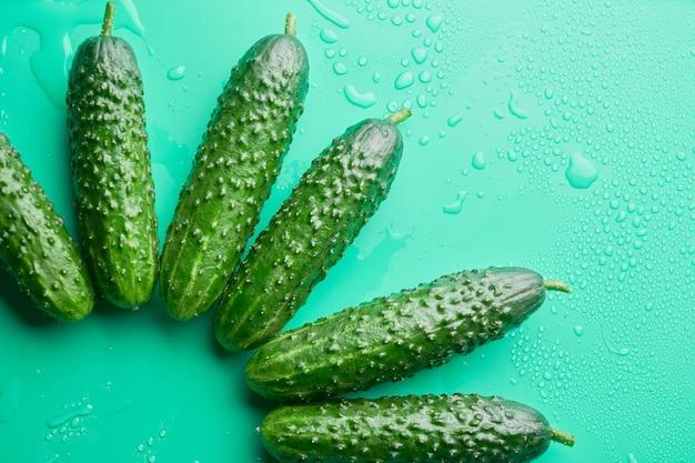 녹색 배경, 음식 패턴에 신선한 전체 오이의 집합입니다. 정원 오이 벽지 배경 디자인