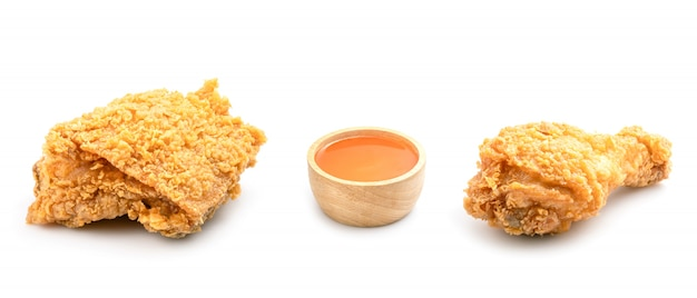 Набор жареной курицы и чили соус на белом