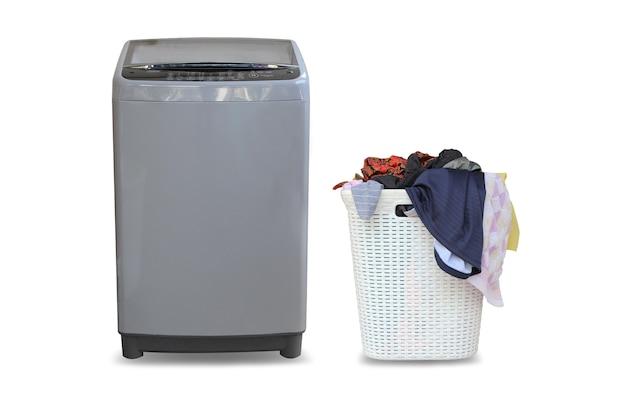 フロントロード洗濯機と汚れた服を白で隔離されるランドリーバスケットのセット